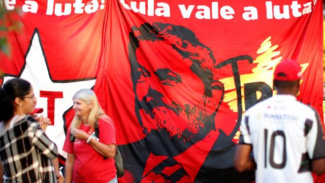 Manifestantes pró-Lula fazem ato em shopping de senador tucano; vídeo