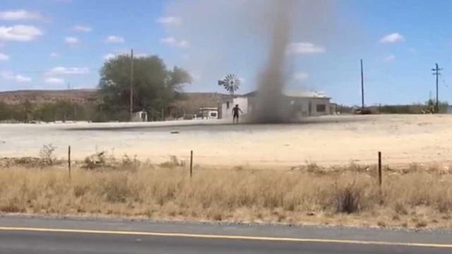 Homem entra em redemoinho de vento na África do Sul; vídeo