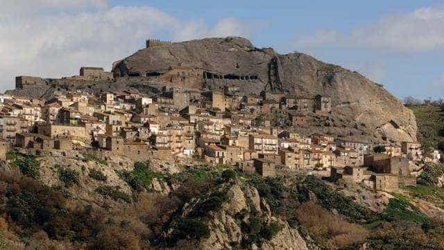 Cidade na Sicília vende casas a 1 euro para atrair moradores