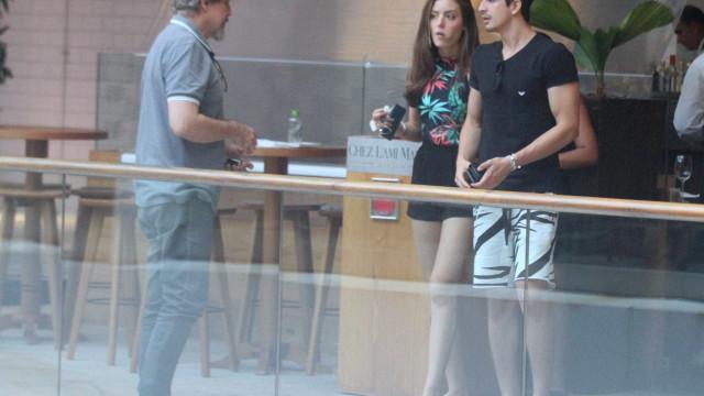 Enzo e a namorada passeiam com Edson Celulari em shopping do Rio