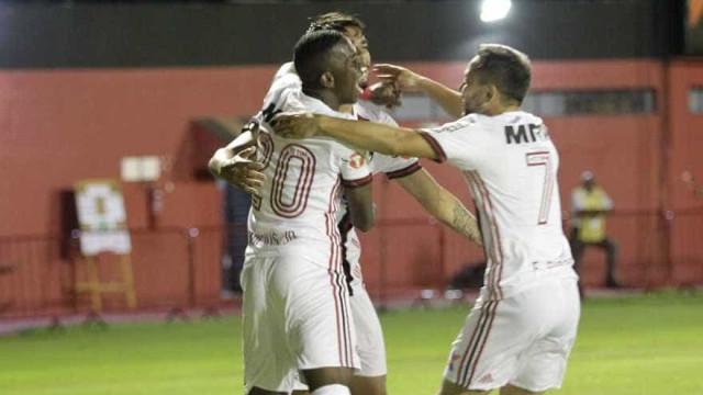Flamengo empata com o Vitória em noite desastrada da arbitragem