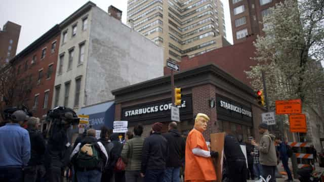 Prisão de homens negros no Starbucks gera protestos nos EUA