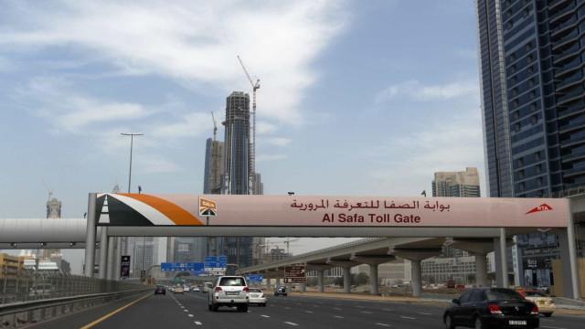 Dubai testa placas digitais que avisam se o veículo for roubado