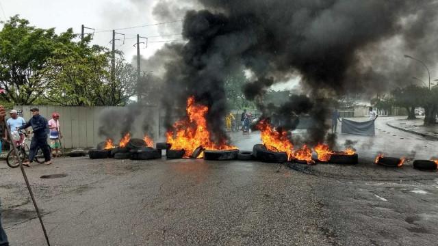 Protesto contra privatização e prisão de Lula fecha avenida no Recife