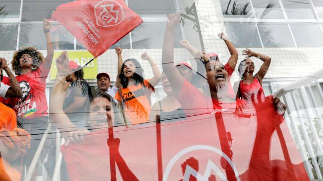 PF vai identificar militantes que entraram no triplex atribuído a Lula