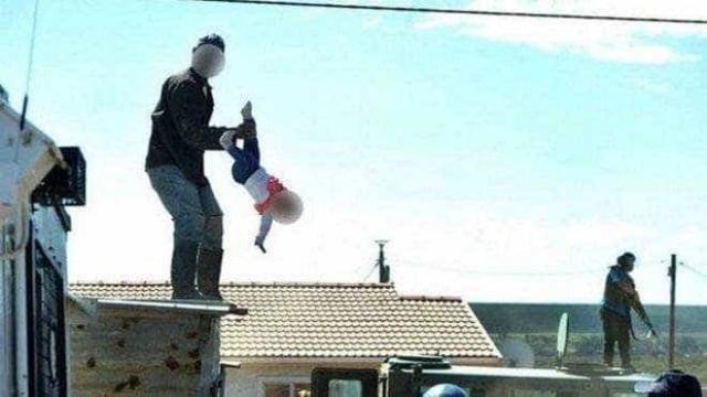 Homem joga a própria filha de telhado em ato contra governo
