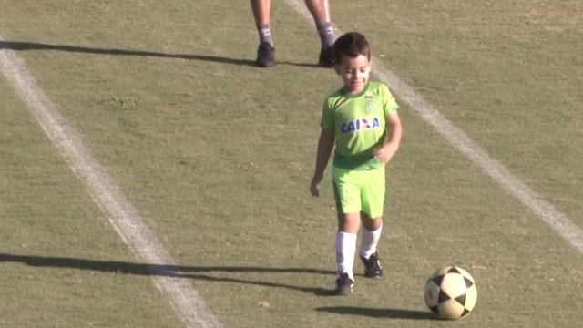 Filho de goleiro morto em queda de avião participa de treino da Chape