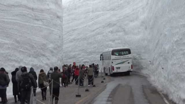 Desfiladeiro congelado impressiona turistas no Japão