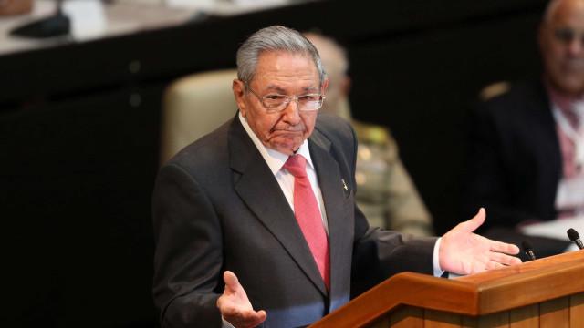 Raúl Castro critica prisão 'arbitrária' do 'companheiro' Lula