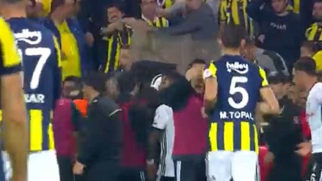 Treinador do Besiktas é atingido por objeto durante clássico na Turquia