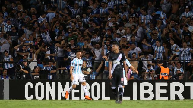 Racing diz que investigará racistas; Vasco elogia atitude do clube