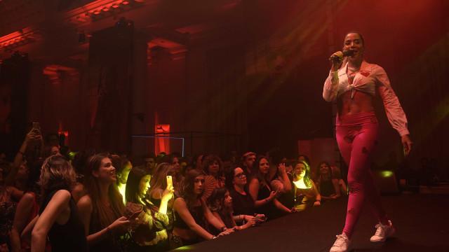 Anitta canta clássicos do samba em show da São Paulo Fashion Week
