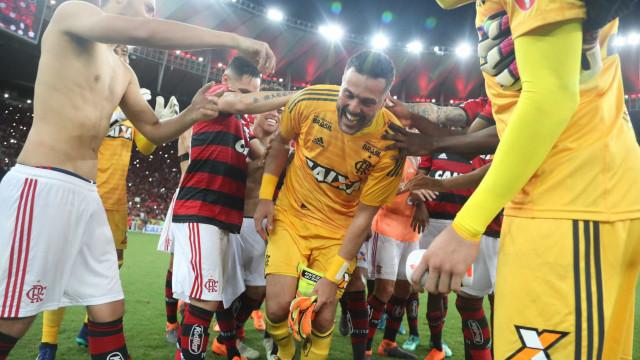 Flamengo vence América-MG na despedida de Julio Cesar