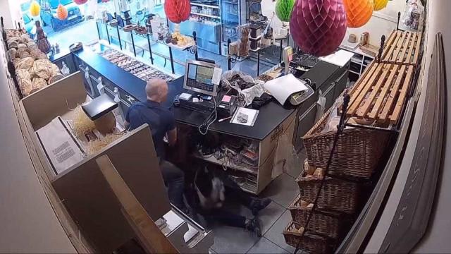 Funcionário corajoso impede assalto em padaria na Bélgica; vídeo
