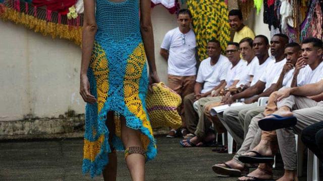 Peças de crochê feitas por presos participam de desfile da SPFW