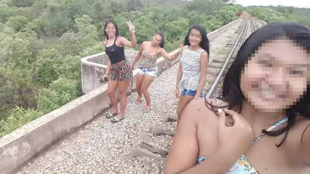Três adolescentes caem de ponte de 10m de altura ao tirar selfies