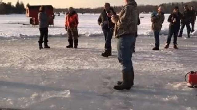 Carrossel é criado em lago congelado nos EUA; vídeo