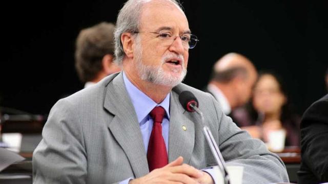 Ex-governador Azeredo é considerado foragido pela Polícia Civil