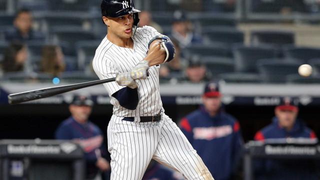Jogador do Yankees acerta rebatida no anel superior do estádio; veja