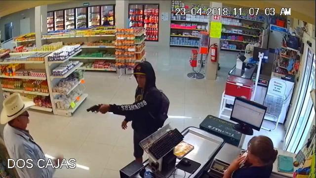 'Cowboy' reage e imobiliza assaltante durante roubo no México; vídeo