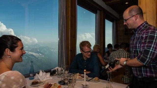 Que tal jantar à luz de velas a 3.020 metros de altitude nos Alpes?