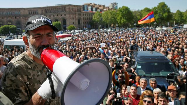 Oposição mantém protestos na Armênia após queda de premier