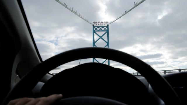 Caminhões formam barreira em ponte para evitar tentativa de suicídio