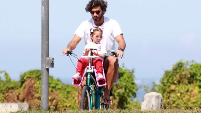 Filha de Deborah Secco passeia de bicicleta com o pai Hugo Moura