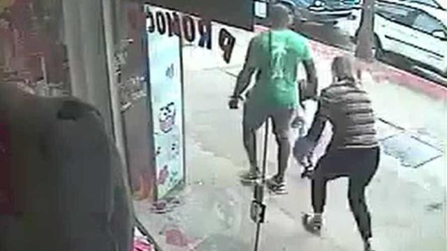 Mãe luta com homem que tenta sequestrar seu filho; vídeo