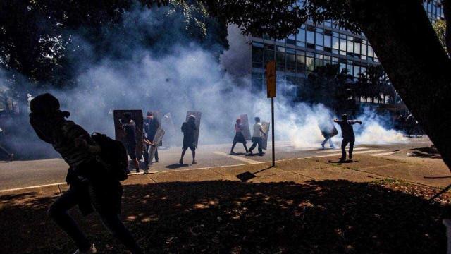 Quatro manifestantes são presos em protesto em frente ao MEC