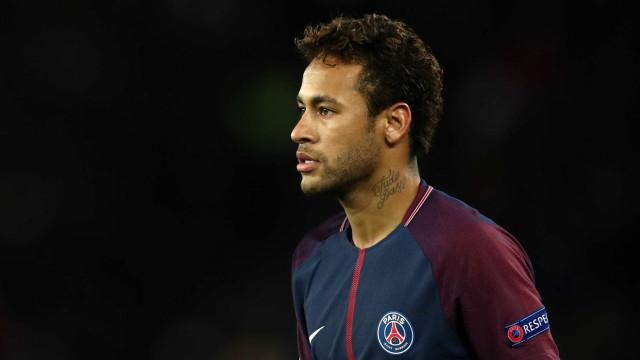 Neymar desembarca em Paris dois meses após lesão