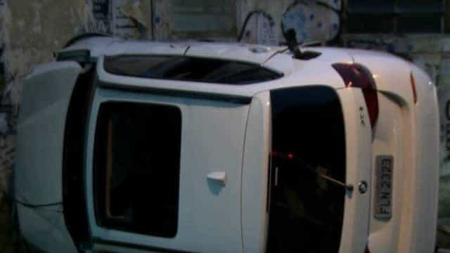 Mulher deixa BMW para manutenção, e jovens capotam carro em SP