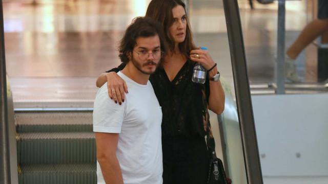 Fátima Bernardes passeia de mãos dadas com o namorado no Rio