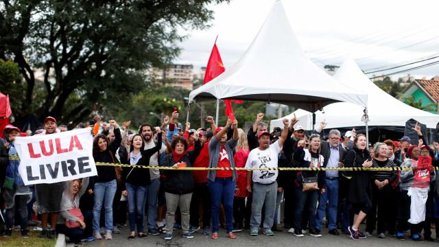 Curitiba pede transferência de Lula após homem ser baleado