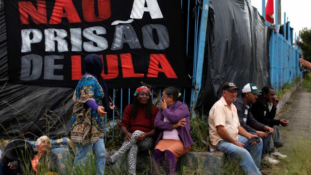 Um mês depois da prisão de Lula, vigília diminui e tensão aumenta