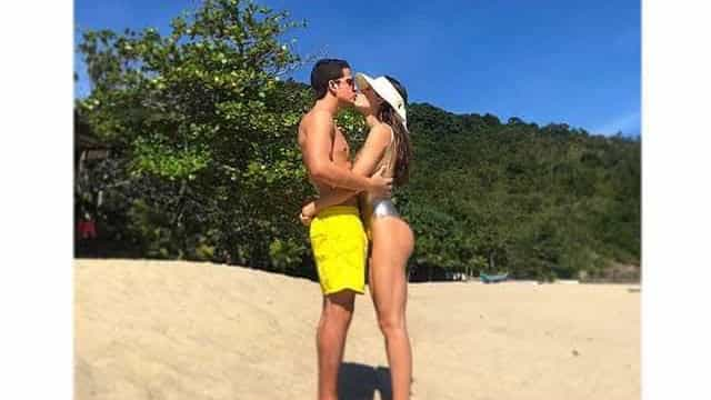 Enzo Celulari aproveita praia com a namorada e se declara
