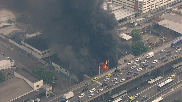 Incêndio atinge barracão de escola de samba no Rio