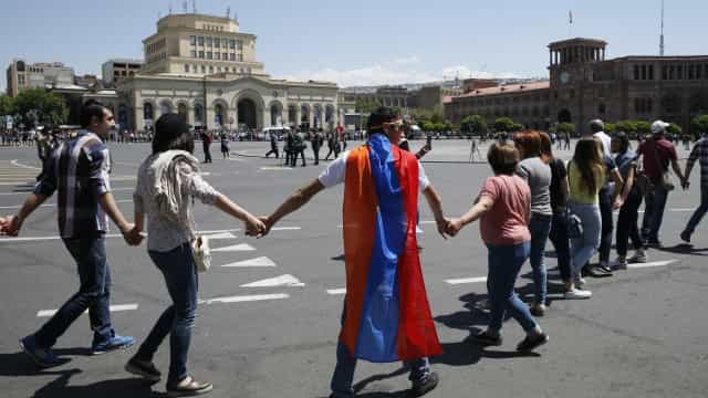 Impasse político faz manifestantes paralisarem a capital da Armênia