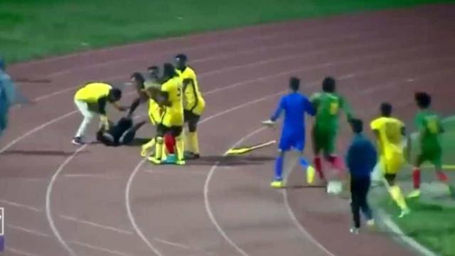 Jogadores 'espancam' árbitro após gol validado para time rival; veja