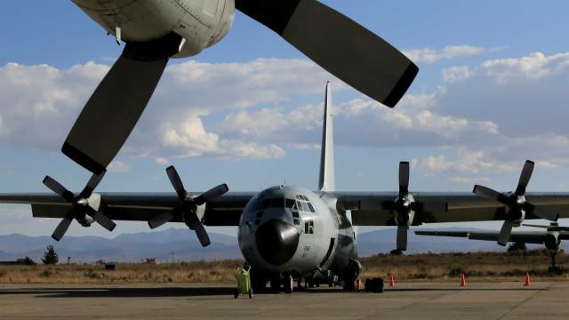 Avião militar de carga cai nos EUA e mata nove pessoas