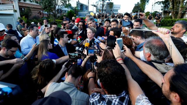 Gleisi visita Lula, sai com olho marejado e diz que Ciro não foi pauta
