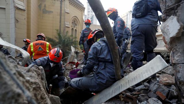 Bombeiros dizem que é possível encontrar sobreviventes do desabamento