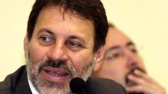 Ex-tesoureiro do PT Delúbio Soares se entrega à PF em São Paulo