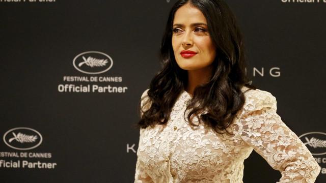 Salma Hayek pede que atores de Hollywood aceitem salários mais baixos
