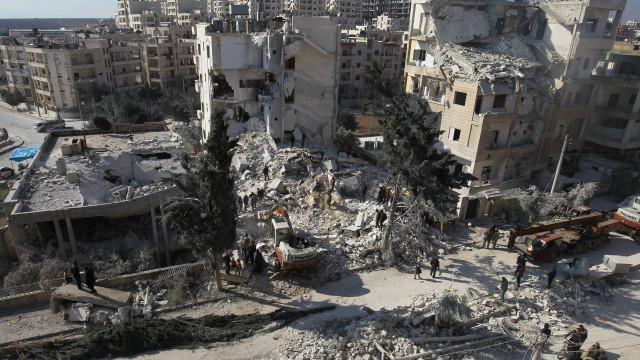 Ataques aéreos a Idlib, na Síria, ferem ao menos 20 e deslocam 30 mil