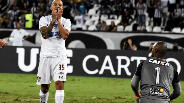 Botafogo leva a melhor no jogo aéreo, bate o Flu e sobe no Brasileirão