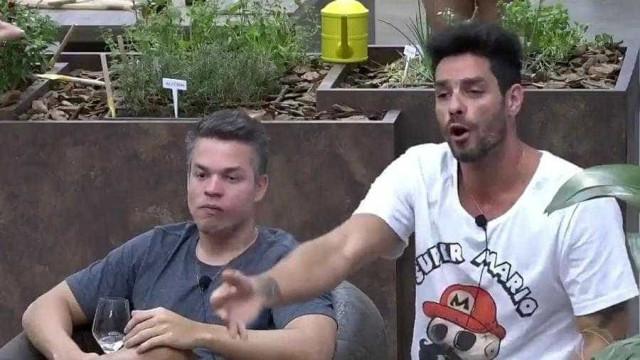 Ex-BBB briga feio com MC Créu e ameaça: 'Te arrebento na porrada'