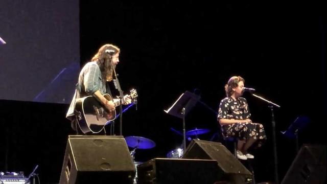 Filha de 12 anos de Dave Grohl canta música de Adele com o pai