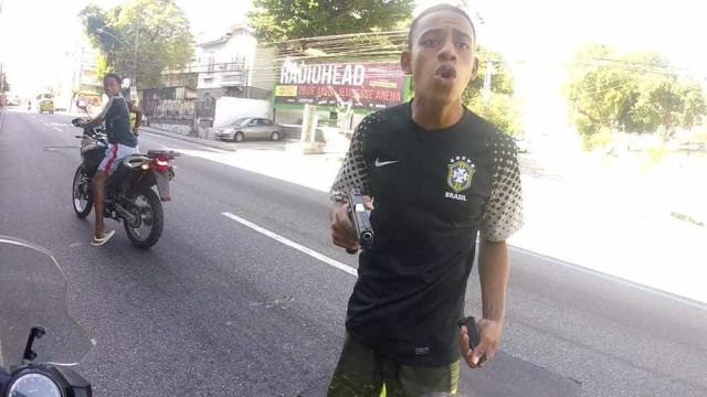 Com câmera no capacete, motociclista é vítima de assalto e filma dupla
