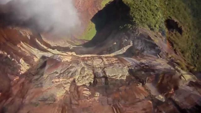 Paraquedistas pulam da maior cascata do mundo na Venezuela